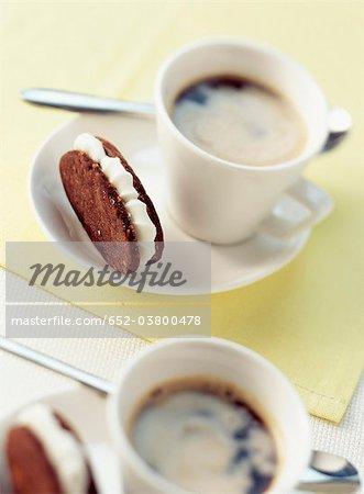 Sablés au chocolat et aux noisettes, remplis de tasses de café et de sucre ganache