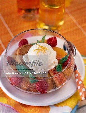 Boule de crème glacée en forme de fleur Pêches et framboises