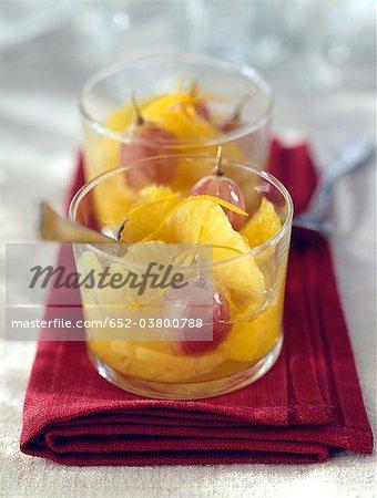 Salade de fruits de raisin et d'ananas avec les zestes d'oranges