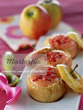 Pommes au four farcies aux fraises cuites