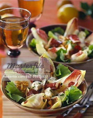 Chicorée, roher Schinken, Roquefort-Walnuss-Salat