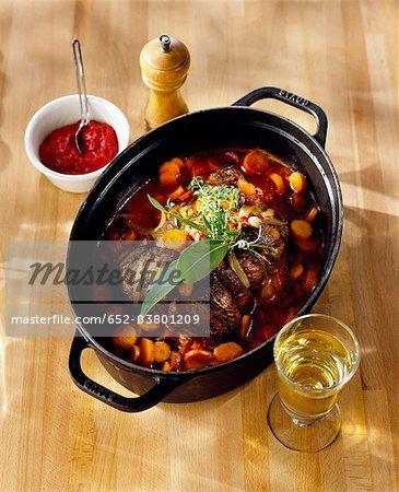 Ajouter le vin blanc et le coulis de tomates au ragoût de boeuf et carottes