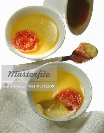 Vanille crème dessert avec une touche de confiture de fraises