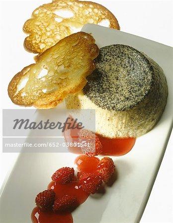 Vaniila cuit au four de crème anglaise avec la purée de fraises