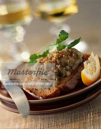Auberginen-Kaviar auf Toast mit Paprika und Sesam-Samen
