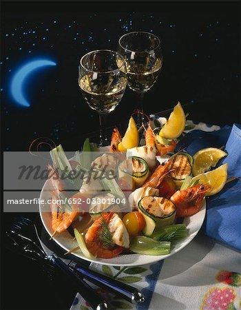 Brochettes de légumes et de poissons grillés