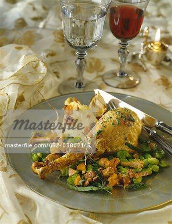 Turquie de style provençal avec des fèves cuites à la vapeur et girolles