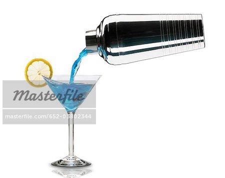 Verser un cocktail lagon bleu