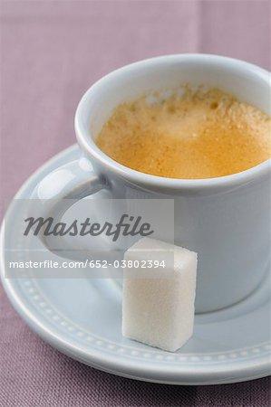 Tasse d'expresso et un morceau de sucre blanc