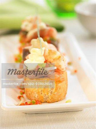 Meeresfrüchte und Sardellen auf eine Scheibe Brot mundgerechte