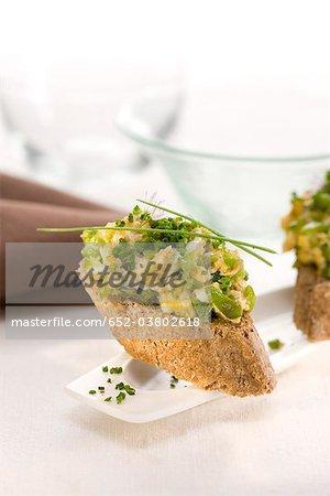 Rührei und Paprika auf einem Stück Brot mundgerechte