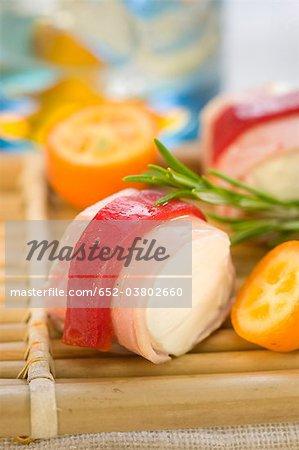 Jambon et rouge peper rouleaux rempli de mini brochettes de fromage