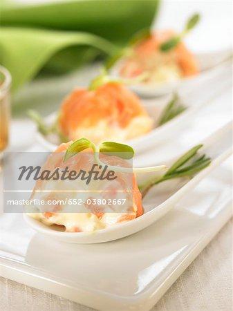 Marinierter Lachs, gefüllt mit russischer Salat Mini-Spieße