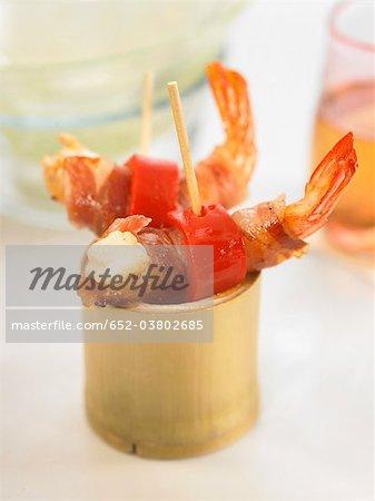 Brochettes de mini crevettes, de bacon et de poivron rouge