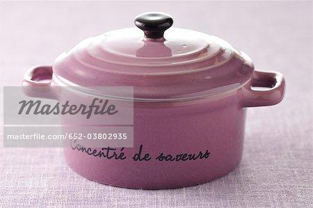 Purple cocotte avec couvercle et inscription