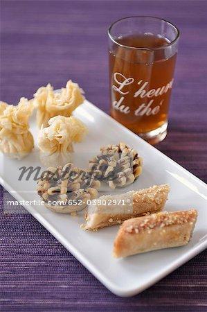 Pâtisseries orientales et thé à la menthe