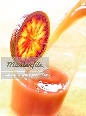 Verser un verre de sang de jus d'orange