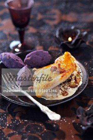 Poulard Henne Brust mit cremigen Champignons und lila Kartoffelpüree quenelles