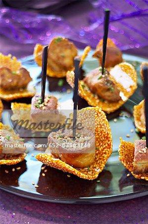 Biscuits de tuile de nougatine avec des cubes de Foie gras poêlés