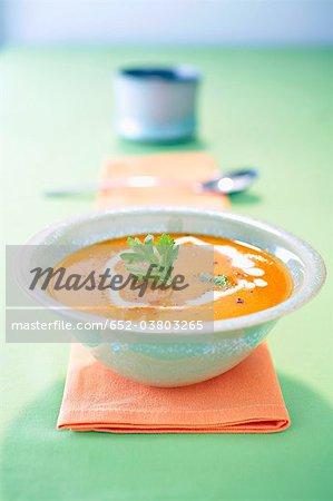 Soupe Crème de potiron avec la noix de muscade et châtaignes