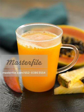 Smoothie mangue, d'ananas et de papaye