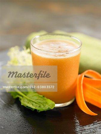 Smoothie aux épinards, carottes et céleri