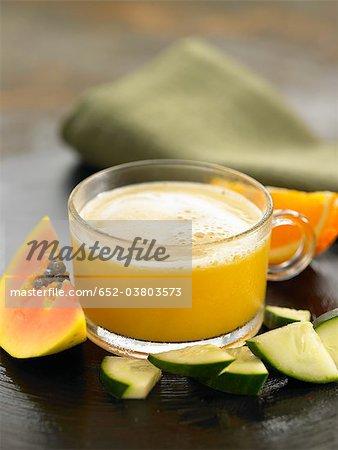 Jus d'orange, carotte, concombre et papaye