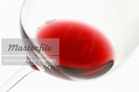 Une goutte de vin rouge dans un verre