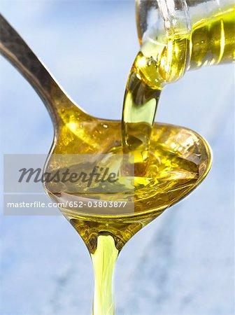 Einen Löffel Öl Gießen