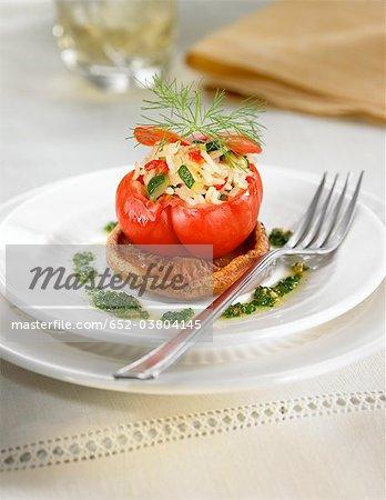 Tomates farcies aux riz et vert et le piment rouge