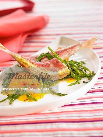 Petit saumon avec sauce au safran, les oranges et les algues