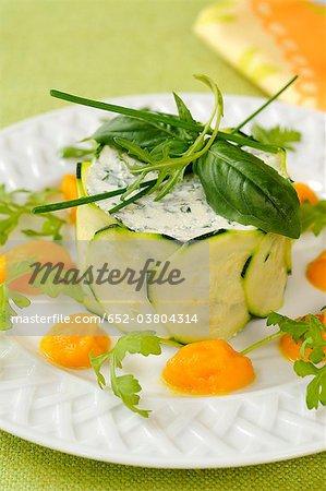 L'ail, fromage de chèvre aux fines herbes et timbale de courgette avec purée de carotte
