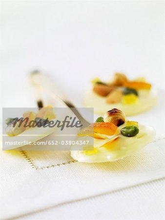 Palets de chocolat blanc avec confit d'orange et fruits secs