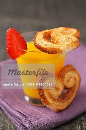 Glas Orangensaft und Palmier Kekse