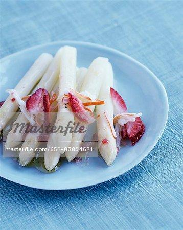 Asperges blanches de fraises et de chair de crabe