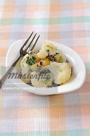 Chou-fleur, salade d'oignons rouges et citron confit