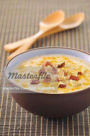 Soupe de chou-fleur aux noisettes et au curcuma