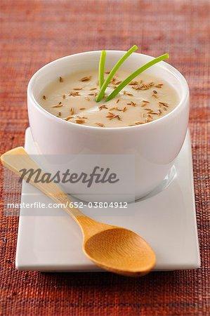 Soupe de chou-fleur crémeuse aux graines de cumin