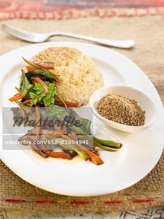 Brauner Reis mit gebratene Gemüse
