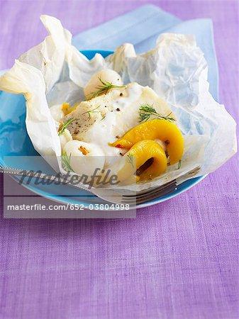 Morue avec des fruits exotiques cuits dans du papier ciré
