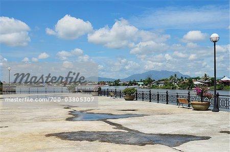 Front de mer et la rivière Sarawak, Kuching, Sarawak, Bornéo, Malaisie