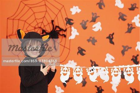 Junge im Cat-Kostüm für Halloween