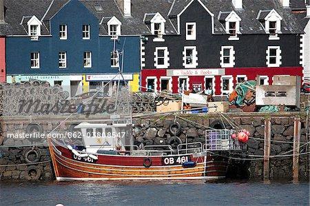 Écosse, île de Mull. Bateau de pêche et de front de mer pittoresque abrite au port de Tobermory.