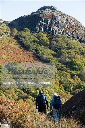 North Wales, Snowdonia. Homme et femme trekking vers la crête de Crimpiau.