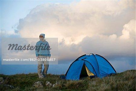 Pays de Galles, Snowdonia, Gilar ferme. Femme camping dans la nature.