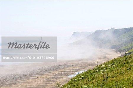 Sandsend, North Yorkshire, l'Angleterre, promeneurs sur la plage