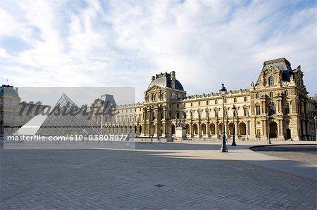 France, Paris, Musée du Louvre et la pyramide