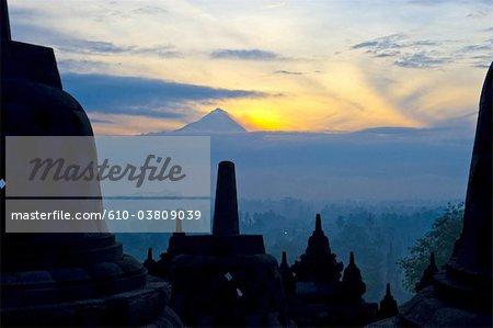 Indonésie, Java, le temple de Borobudur et Mont Merapi en arrière-plan