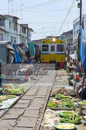 La Thaïlande, en direction de Bangkok, Maeklong station, sur le marché
