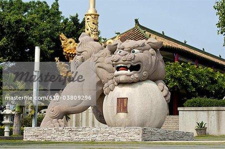Chine, Taiwan, Changhua, temple bouddhiste, statue du lion